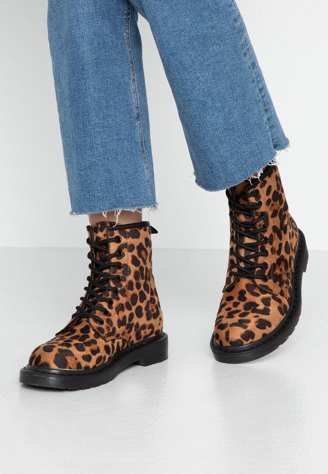 Šněrovací kotníkové boty - leopard
