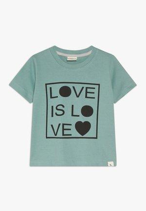 LOVE IS LOVE - Camiseta estampada - green