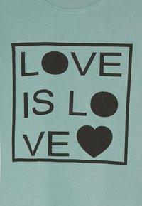 Turtledove - LOVE IS LOVE - Triko spotiskem - green - 3