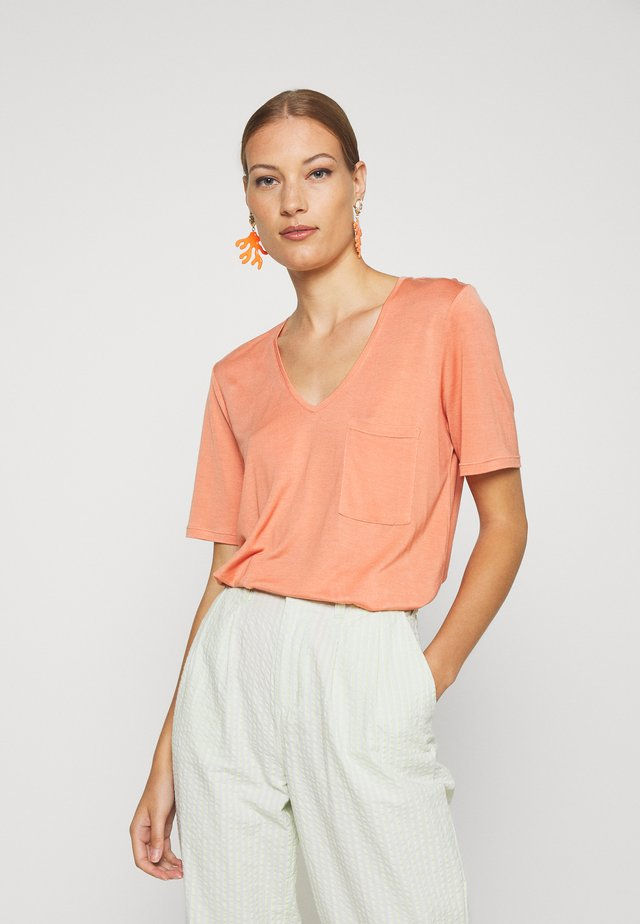IRIS POCKET TEE - Basic T-shirt - peach