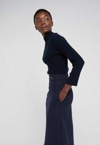 TWINSET - Pletené šaty - mid blu - 3