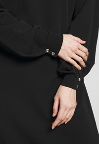 TWINSET - ABITO IN MAGLIA CON BOTTONI STRASS - Jumper dress - nero - 4