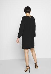 TWINSET - ABITO IN MAGLIA CON BOTTONI STRASS - Jumper dress - nero - 2