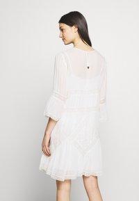 TWINSET - Koktejlové šaty/ šaty na párty - antique white - 3