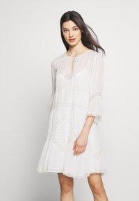 TWINSET - Koktejlové šaty/ šaty na párty - antique white - 0