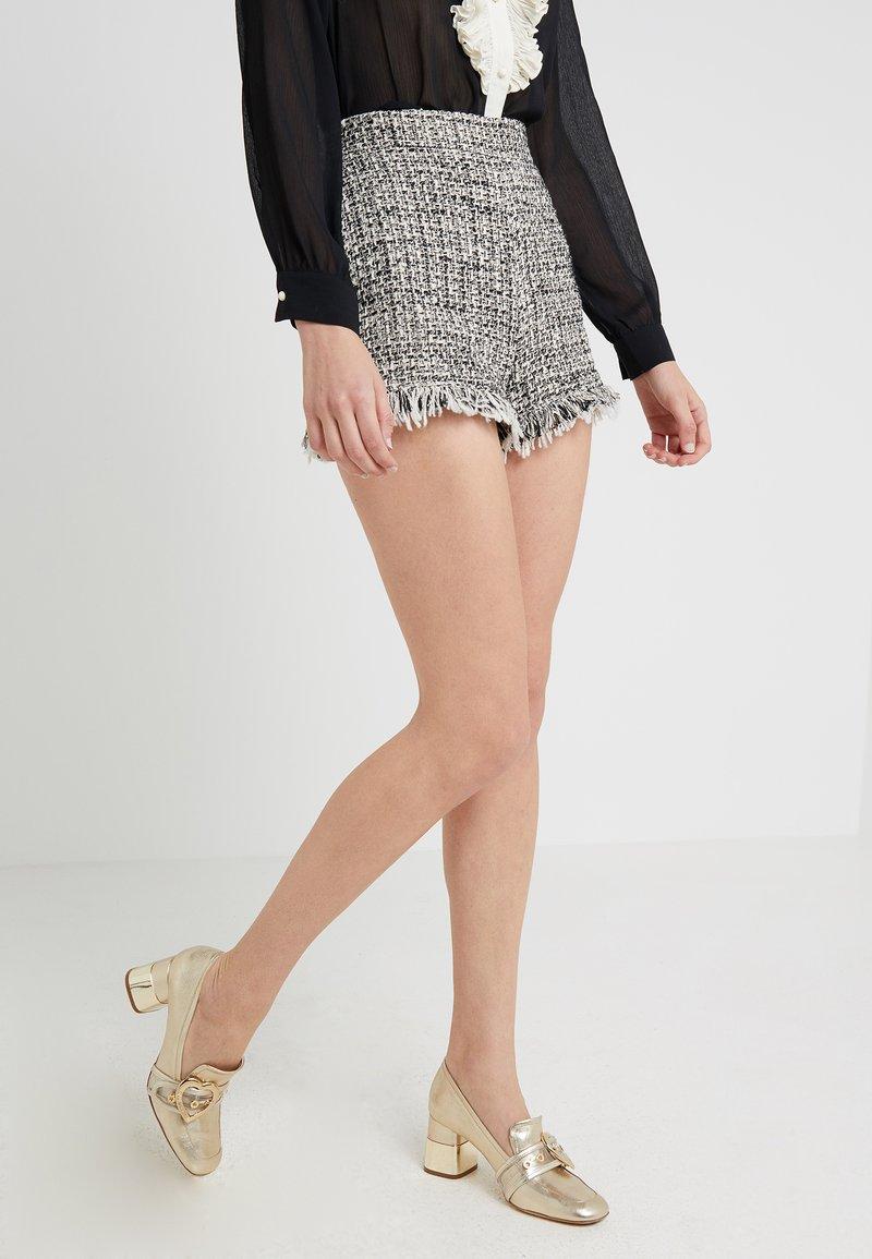 TWINSET - PANTALONE IN TWEED CON FRANGE - Shorts - bic boucle neve/nero