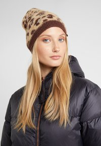TWINSET - SPOTTED BEANIE - Huer - brown - 1