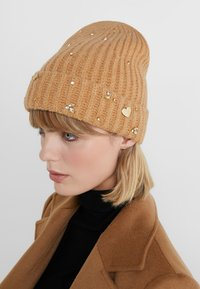 TWINSET - EMBROIDERY BEANIE - Huer - camel - 1