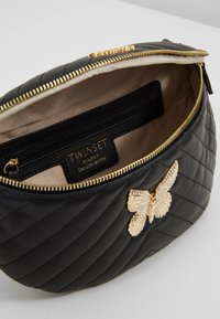 TWINSET - QUILTED BUTTERFLY  - Riñonera - nero - 4