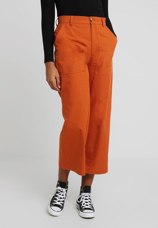 Spodnie materiałowe - rusty red