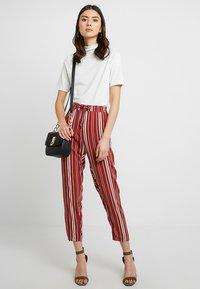 TWINTIP - Spodnie materiałowe - black/red - 1