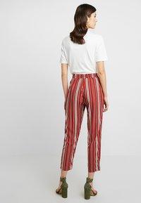 TWINTIP - Spodnie materiałowe - black/red - 2
