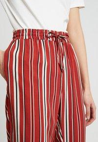 TWINTIP - Spodnie materiałowe - black/red - 4