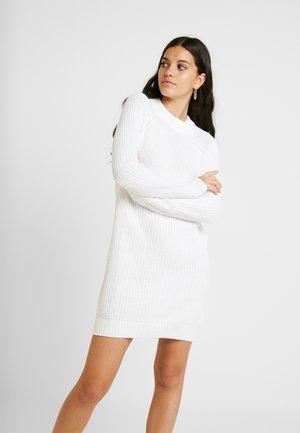 Stickad klänning - white