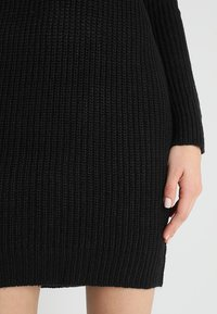 TWINTIP - Pletené šaty - black - 5