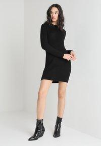 TWINTIP - Pletené šaty - black - 1