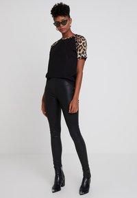 TWINTIP - T-shirt con stampa - black/brown - 1