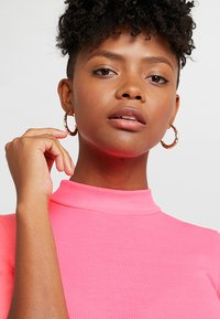 TWINTIP - T-shirts med print - neon pink - 3