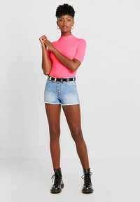 TWINTIP - T-shirts med print - neon pink - 1