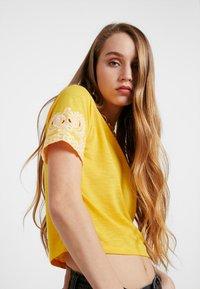 TWINTIP - T-shirt print - yellow - 3