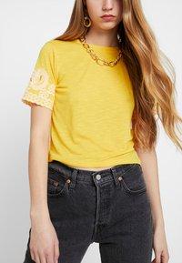 TWINTIP - T-shirt print - yellow - 5