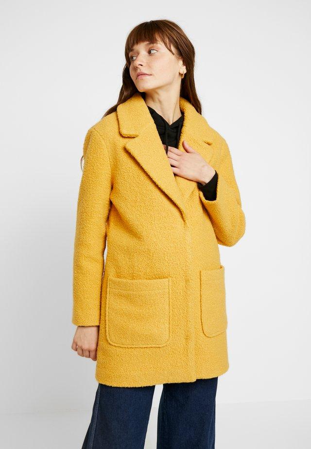 Krótki płaszcz - mustard