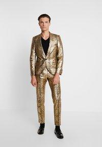 Twisted Tailor - BRAGA SUIT SKINNY FIT - Oblek - gold - 0