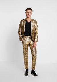 Twisted Tailor - BRAGA SUIT SKINNY FIT - Oblek - gold - 1