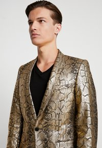 Twisted Tailor - BRAGA SUIT SKINNY FIT - Oblek - gold - 8