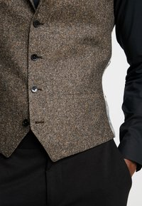 Twisted Tailor - SNOWDON WAISTCOAT - Weste - brown - 5
