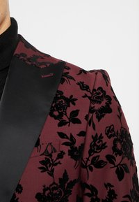 Twisted Tailor - KADI FLORAL FLOCK SUIT - Suit - burgundy - 7