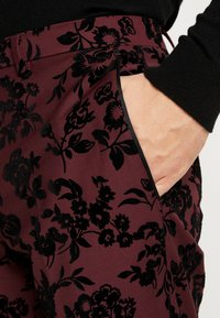 Twisted Tailor - KADI FLORAL FLOCK SUIT - Suit - burgundy - 11