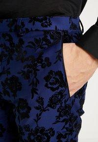Twisted Tailor - FRAN FLORAL FLOCK SUIT - Oblek - bright blue - 10