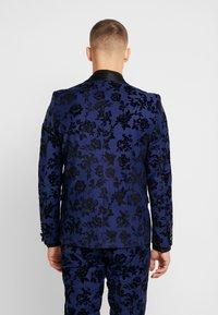 Twisted Tailor - FRAN FLORAL FLOCK SUIT - Oblek - bright blue - 3