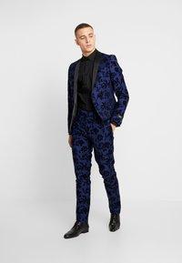 Twisted Tailor - FRAN FLORAL FLOCK SUIT - Oblek - bright blue - 1