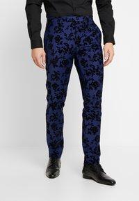 Twisted Tailor - FRAN FLORAL FLOCK SUIT - Oblek - bright blue - 4
