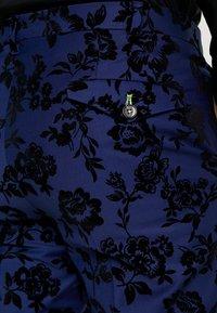 Twisted Tailor - FRAN FLORAL FLOCK SUIT - Oblek - bright blue - 8