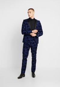 Twisted Tailor - FRAN FLORAL FLOCK SUIT - Oblek - bright blue - 0