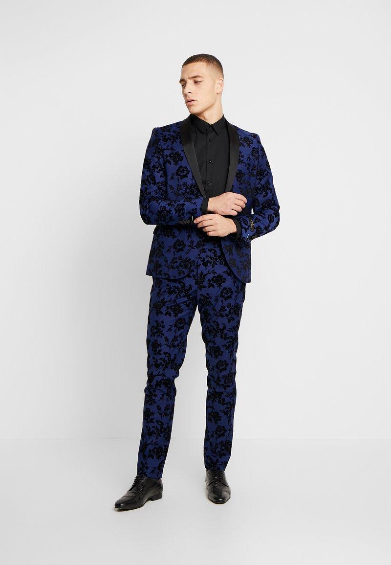 Twisted Tailor - FRAN FLORAL FLOCK SUIT - Oblek - bright blue
