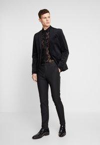 Twisted Tailor - KASH FLORAL SHIRT - Skjorter - black - 1