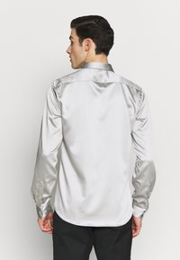 Twisted Tailor - SLINKY - Shirt - silver - 2