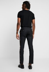Twisted Tailor - LIQUORICE TROUSER EXCLUSIVE PRIDE - Broek - black - 2