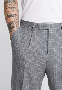 Twisted Tailor - CRAHAN TROUSER - Stoffhose - grey - 3