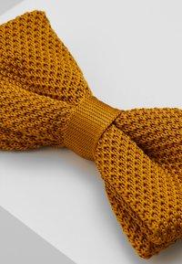 Twisted Tailor - JAGGER - Motýlek - mustard - 3