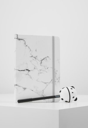 JOURNAL NOVELTY JOURNAL SLOTH PEN SET - Jiné - marble with grey elastic