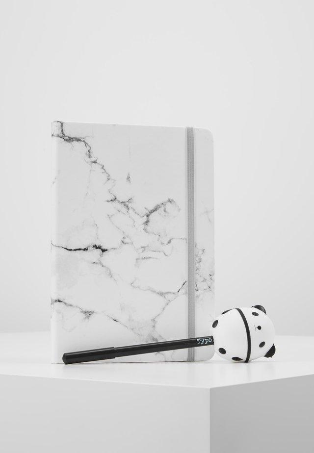 JOURNAL NOVELTY JOURNAL SLOTH PEN SET - Muut asusteet - marble with grey elastic
