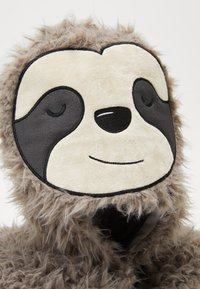TYPO - TRAVEL PILLOW WITH HOOD - Jiné - sloth - 2
