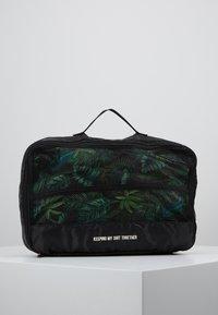 TYPO - LUGGAGE PACKING CELLS SET - Příruční zavazadlo - black/palm - 8