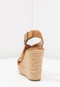UGG - HARLOW - Sandalen met hoge hak - chestnut - 5