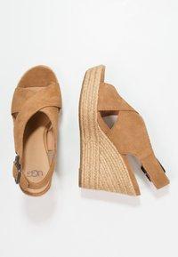 UGG - HARLOW - Sandalen met hoge hak - chestnut - 3